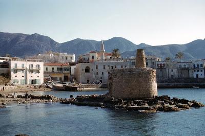 Φωτογραφία που απεικονίζει την νότια πλευρά του λιμανιού και τα σπίτια που υπήρχαν σε αυτή την περιοχή. A picture of the the south side of the harbour and the houses located in the area.
